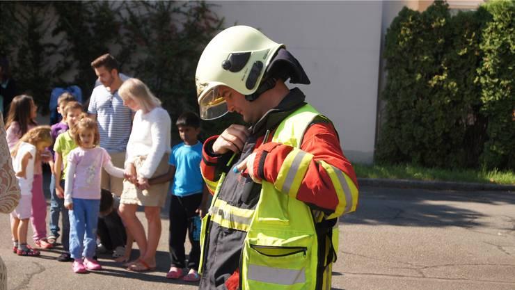Alles hat bestens geklappt. Der Einsatzleiter der Feuerwehr gibt Entwarnung. Im Hintergrund eine Klasse der HPS.