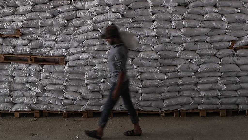 Ein Mann entlädt Pakete mit Lebensmitteln des Welternährungsprogramms der Vereinten Nationen in Syrien.