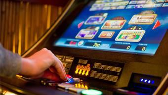 Verstösse gegen das Lotteriegesetz und das Gastgewerbegesetz: Dafür wird sich ein 34-jähriger Türke verantworten müssen, der in Dietikon illegale Glücksspiele anbot. (Symbolbild)