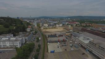 Das Arfa-Areal (Baugrube in der Bildmitte) ist der wahrscheinlichste Uni-Standort. Auf der benachbarten Reinacherstrasse gibt es aber keinen öV.