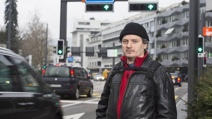 Christian Keller, Vorstandsmitglied beim VCS Aargau, an der stark befahrenen Bruggerstrasse in Baden: «Dass der Verkehr zunimmt, wenn die Bevölkerung wächst, ist kein Naturgesetz.»