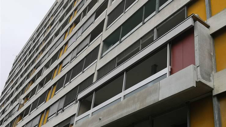 Am Balkon der Musterwohnung ist ersichtlich, wie die Fassade künftig aussehen wird. Insgesamt wird der Balkon auf einer Haus-Seite tiefer, auf der anderen jedoch kleiner. Uhg