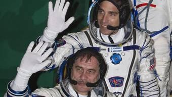 Die Raumfahrer Winogradow (unten) und Cassidy steigen in die Sojus-Kapsel