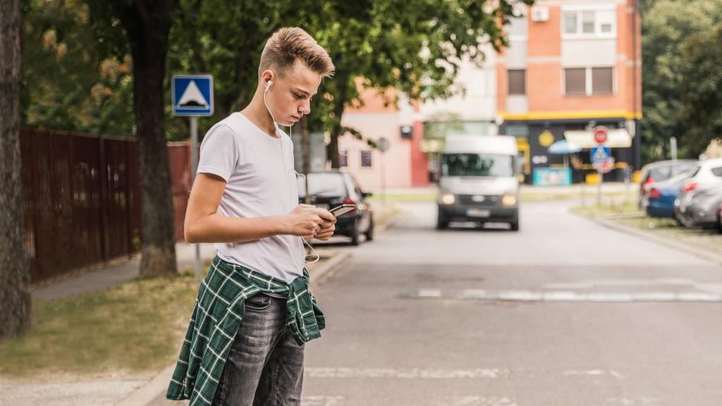 Schüler von Auto angefahren – Lenker flüchtet