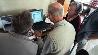 Senioren wurde mit entsprechenden Hinweisen vom Krankenkassenwechsel abgeschreckt. (Symbolbild)