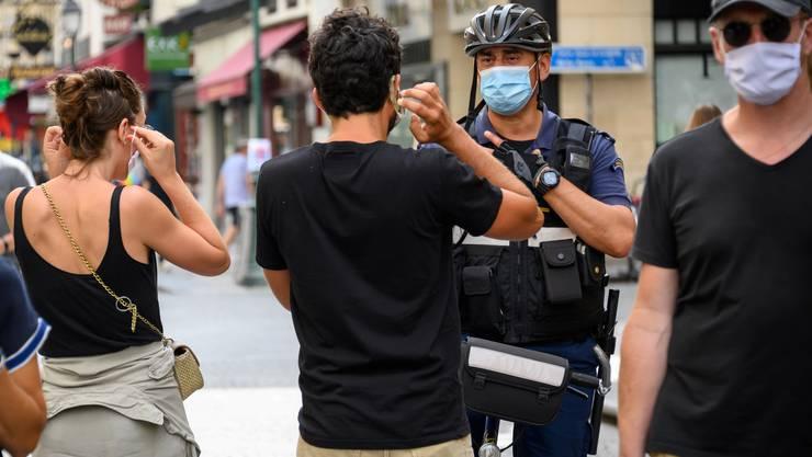 Maskenkontrolle in Paris: Frankreich fürchtet sich vor der zweiten Welle - und fährt die Coronamassnahmen wieder hoch.