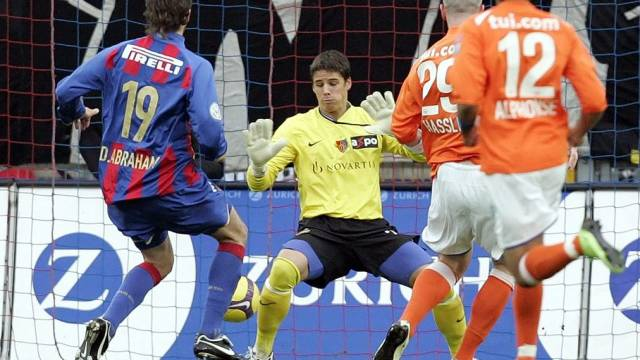 Basel-Keeper Sommer von FCZ-Stürmer Hassli (2.v.r.) bezwungen