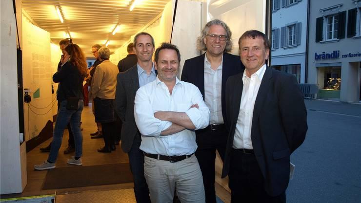 Von links Thomas Schwab, Daniel Schneider (beide Verein Stadtgespräche) sowie Bertram Ernst (Architekt, Planer) und Bernard Staub (Leiter Amt für Raumplanung Kanton Solothurn) vor dem Ausstellungscontainer «Darum Raumplanung».