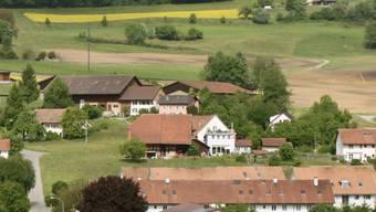 Hier käme das Pferdezentrum Bücklihof zu stehen - hinter den bereits bestehenden Gebäuden sieht man das ins Bild montierte Dach.