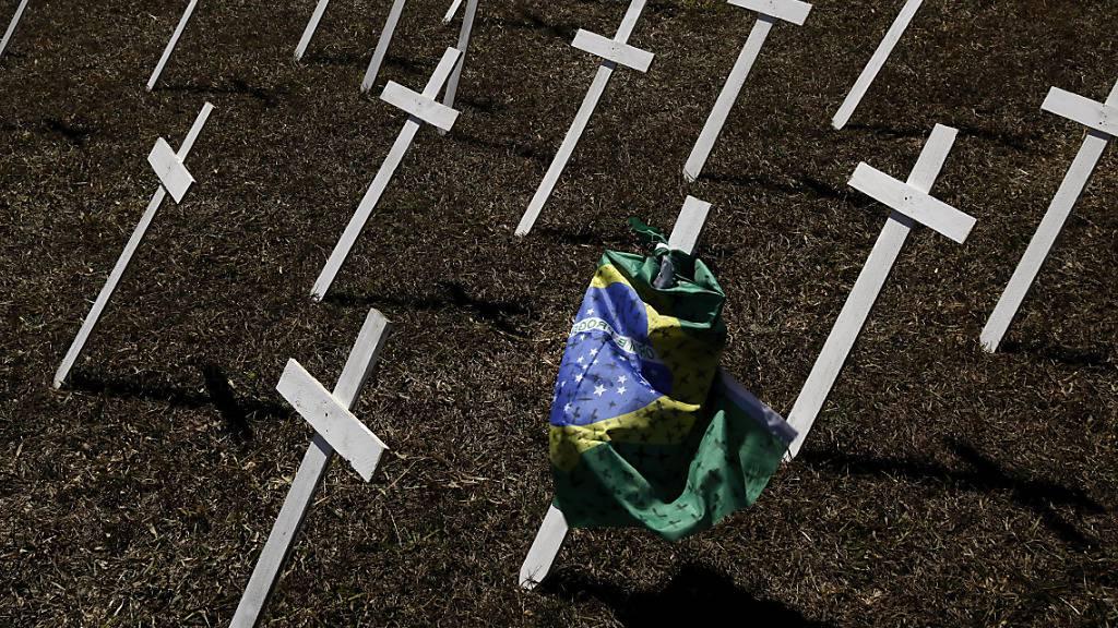 In Brasilien nimmt die Zahl der Personen, die an der Lungenkrankheit Covid-19 gestorben sind, weiter rasant zu. Staatspräsident Jair Bolsonaro ist ebenfalls positiv auf das Virus getestet worden. (Archivbild)