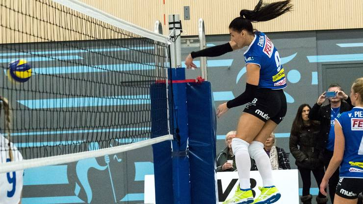 Anu Ennok mit der Nummer 9 spielt den Ball an ihren Gegnerinnen aus Rumänien vorbei.
