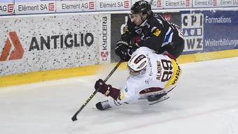 Fribourgs Yannick Rathgeb zieht an Servettes Cody Almond vorbei