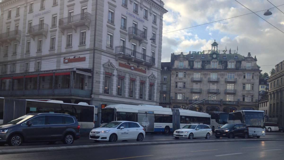 Alltag in Luzern auf dem Schwanenplatz: Verkehrschaos zur Rush-Hour.