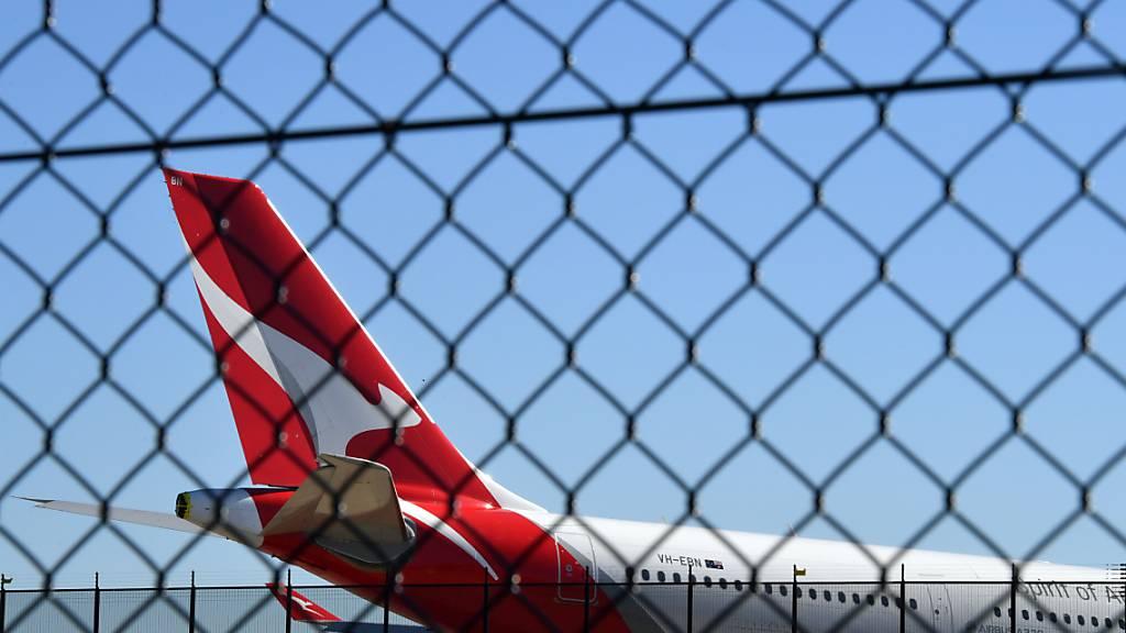 Eine Maschine der Fluggesellschaft Qantas am Flughafen Sydney. Die Airline wollte ihre Zusammenarbeit mit der japanischen Airline JAL erweitern. Die australische Wettbewerbsbehörde hat das nun aber verhindert. (Symbolbild)
