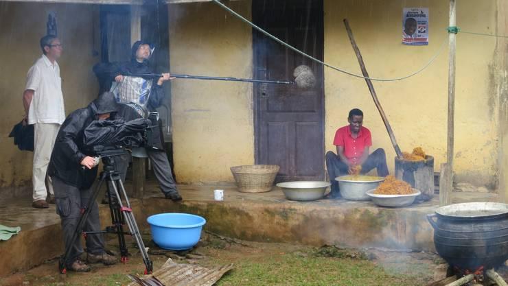 Der Oltner Filmemacher Bruno Moll (links im Bild) bei den Dreharbeiten in Agata Nyarko, Ghana, wo die Mutter des Lehrers gerade in mühseliger Handarbeit Palmöl herstellt.