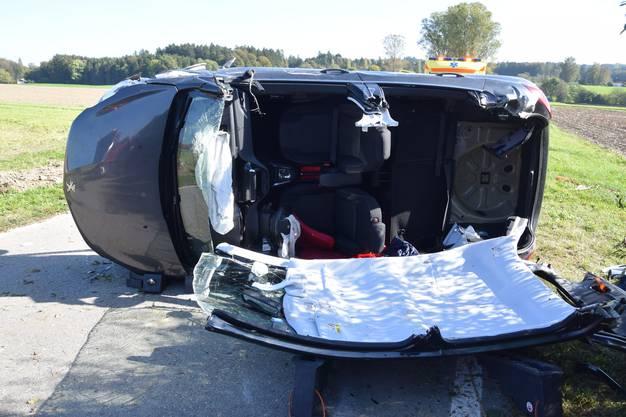 Aeschi SO, 15.Oktober: Eine 72-Jährige verlor die Kontrolle übers Auto. Dieses kollidierte mit einem Baumstrunk und drehte sich auf die Seite. Die Beifahrerin musste von der Feuerwehr befreit werden.
