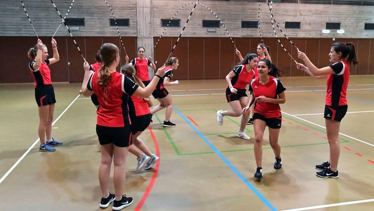 Das Team «Springmüüs» der Gösger Speedys beim gemeinsamen Aufwärmen in der Mehrzweckhalle: Hier geht es darum, gleichzeitig zu hüpfen.