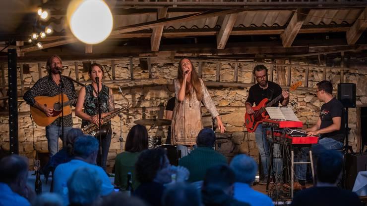 Estella Benedetti & Band überzeugte bei ihrem Auftritt und sang zum Teil auch ohne Mikrofon.