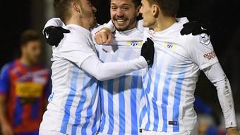 Adrian Winter lässt sich zwischen Marco Schönbächler (links) und Burim Kukeli zur 1:0-Führung gratulieren