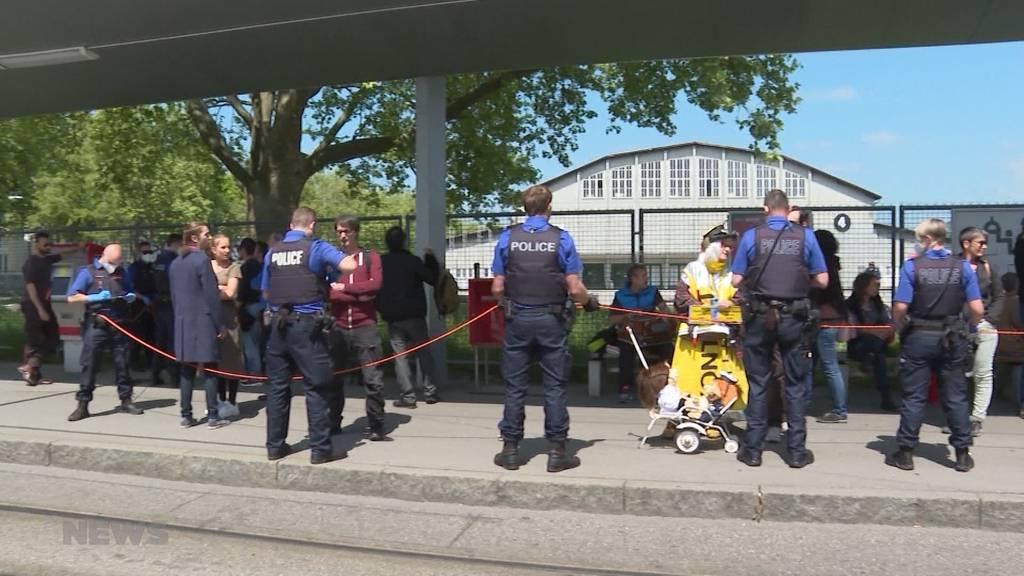 Schluss mit Corona-Demos: Polizei führt Demonstrierende konsequent ab
