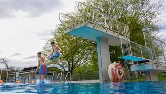 In Rupperswil-Auenstein ist noch vor dem prohezeiten ersten warmen Wochenende einiges los, dank Abwärme aus dem nahe gelegenen Kraftwerk beträgt die Wassertemperatur 20 Grad