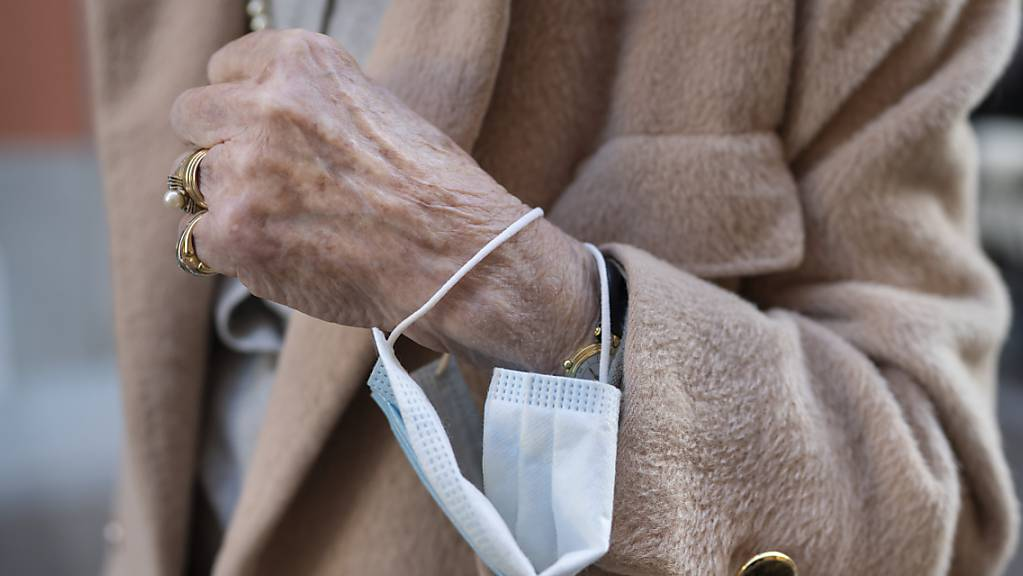 In einem Urner Altersheim haben sich rund 30 Bewohnerinnen und Bewohner mit dem Coronavirus angesteckt. (Themenbild)