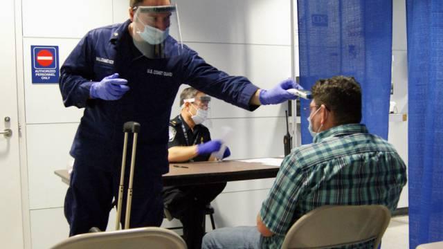 Ebola-Kontrolle an einem US-Flughafen (Archiv)
