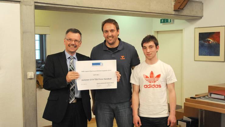 Übergabe des NAB-Jugendförderpreises (von links): Remo Deiss (NAB Frick), Juan Mourino (Trainer) Remo Käser (Spieler MU19)
