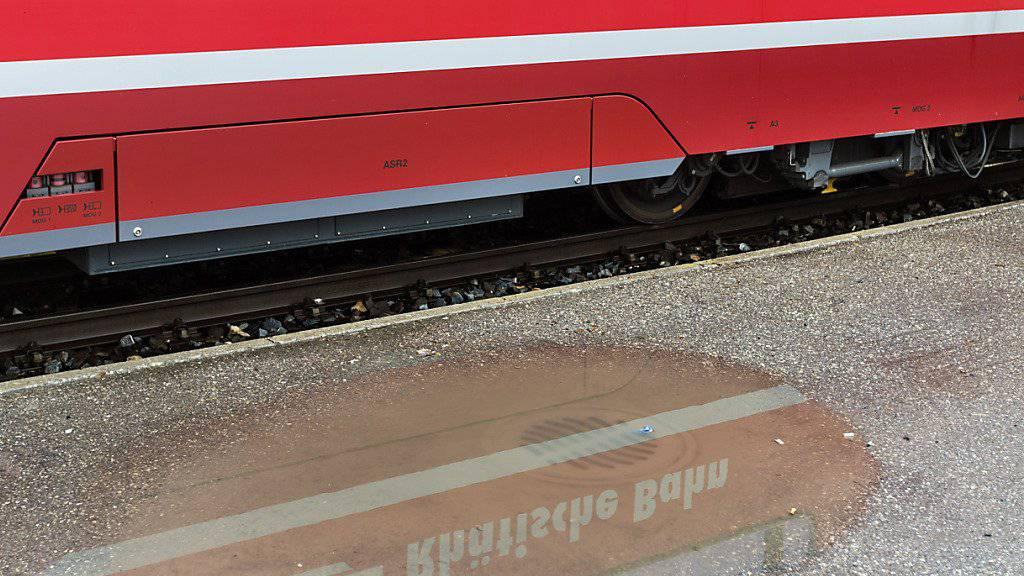 Schriftzug auf einer Zugskomposition der Rhätischen Bahn (RhB). Wegen einer Ölverschmutzung wurde der Bahnverkehr zwischen Pontresina und Poschiavo auf der Berninalinie am Donnerstag vorübergehend eingestellt. (Archivbild)