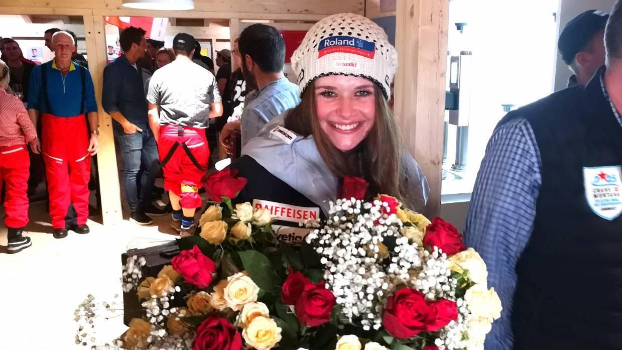 Corinne Suter bekommt im «Schweizer Haus» Blumen überreicht (© Jonathan Schoeffel)