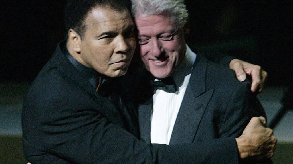 Bill Clinton, in einer Aufnahme auf dem Jahr 2005 mit Muhammad Ali, war einer der Redner an der Trauerfeier.