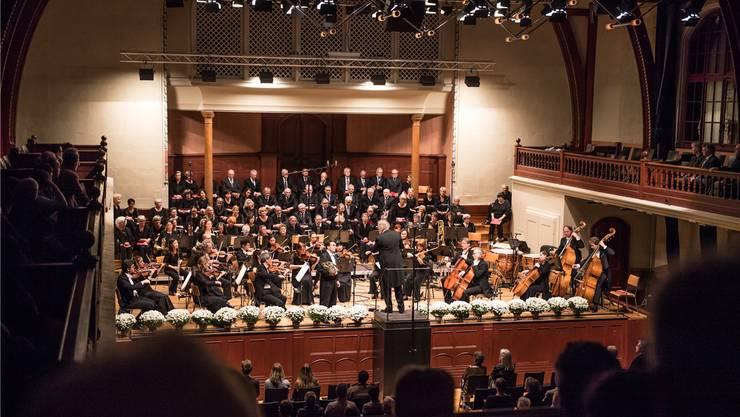 Der Konzertchor Solothurn, begleitet von der Philharmonie Baden-Baden, bei ihrem Auftritt im Konzertsaal.