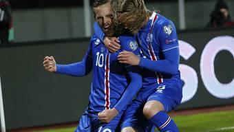 Gylfi Sigurdsson (links) jubelt mit seinem Teamkollegen Birkir Bjarnason nach seinem Tor gegen den Kosovo