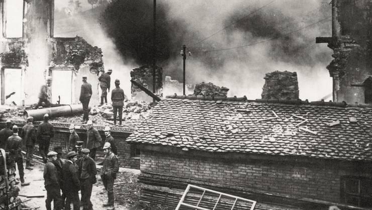 Die abgebrannten Gebäude der Kammfabrik am 1. Oktober 1915, am Tag nach der Explosion.