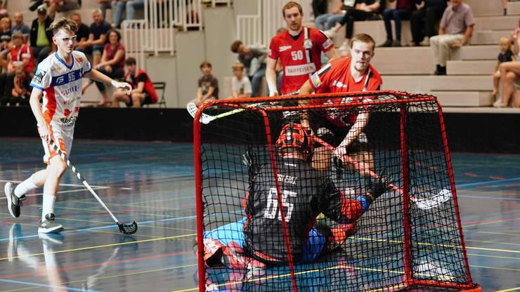 Patrick Mendelin (M.) und Hiski Kosunen (r.) mussten im letzten Drittel mit Unihockey Basel Regio um den Sieg zittern.