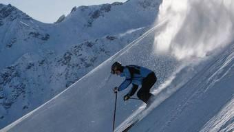 Ein Skifahrer auf der Piste in Arosa (Archiv)