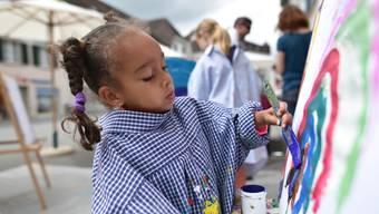 Ein Mädchen malt an einer Staffelei am Museumstag vor dem Kunstmuseum Olten.