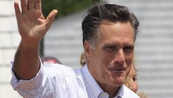 Mitt Romney grüsst Anhänger bei einer Wahlkampfveranstaltung