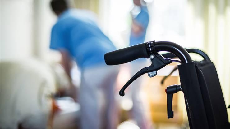 Die Menschen werden immer älter, bleiben aber auch länger gesund. Dadurch steigt der Bedarf an zusätzlichen Pflegeplätzen langsamer als erwartet, die Kapazitäten in den Aargauer Heimen sind derzeit nicht ausgelastet.