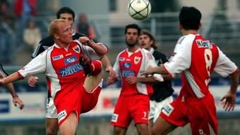Das letzte Cup-Duell zwischen Lugano und Aarau im Jahr 2004: Die FCA-Spieler Rainer Bieli (l.), Gaetano Giallanza (M.) und Argjend Bekiri (r.) im Kampf um den Ball mit dem Luganesi Dario Rota
