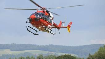 Ein Rega-Helikopter flog den 10-Jährigen in ein Spital. (Symbolbild)