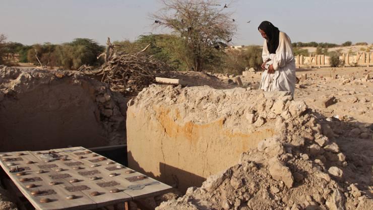 Ein zerstörtes Mausoleum in der malischen Wüstenstadt Timbuktu. Die Zerstörungen historischer Stätten in der zum Weltkulturerbe gehörenden Stadt sollen nun vor den Weltstrafgerichtshof gebracht werden. (Archiv)