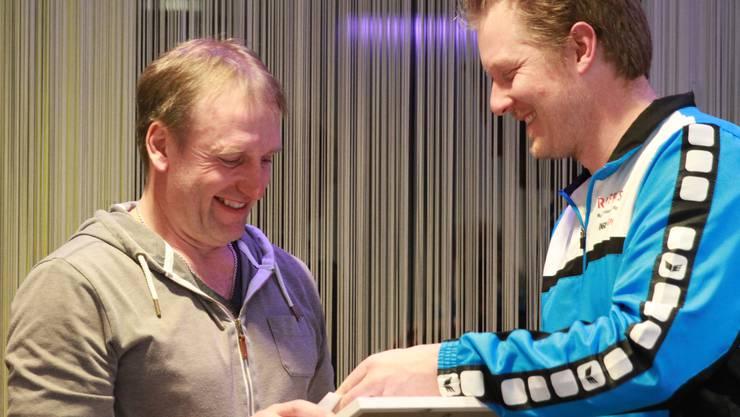 Jakob Meyer erhält vom Turnvereinpräsidenten Stefan Lerch die Ehrenmitgliedsurkunde.