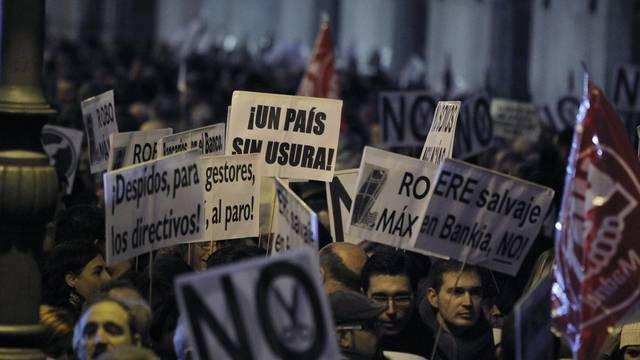 Bankangestellte in Madrid machen ihrem Ärger Luft