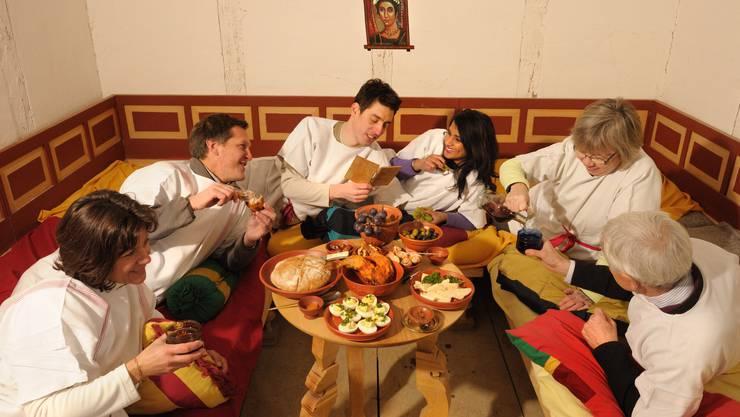 Eine Gruppe beim römischen Essen im Liegen