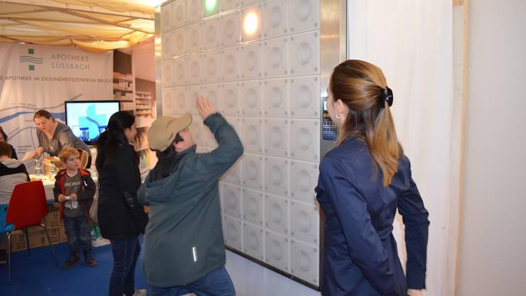 Fitness inklusive An dieser Wand werden Lichter gejagt und  abgeklatscht