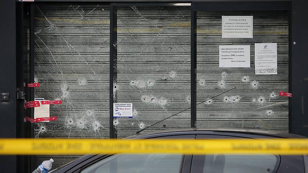 Einschusslöcher am Schauplatz einer Geiselnahme im Osten von Paris im Januar 2015: Die Täter stehen derzeit in Frankreich vor Gericht.