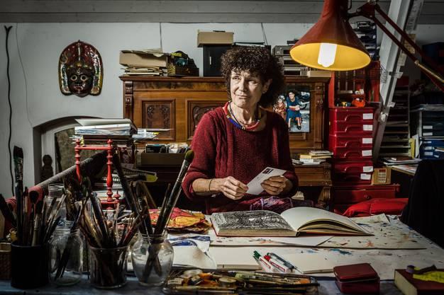 Erschütterung: Heidi Widmer in ihrem Atelier. Das Motiv der Welle zieht sich durch ihr künstlerisches Werk.