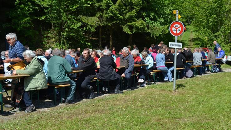 """Am Auffahrtsfest beim Sulzer Weiler """"Schlatt"""" genossen die Besucherinnen und Besu-cher die wärmenden Sonnenstrahlen."""