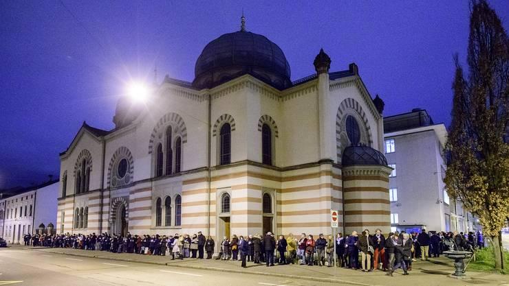 Am 30.1. bildete die Israelitische Gemeinde Basel und Sympathisanten eine symbolische, schützende Menschenkette rund um die Synagoge.